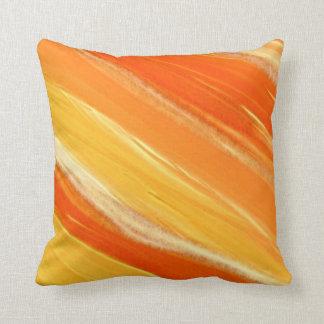 抽象的な斜めのオレンジおよび黄色のストライプ クッション