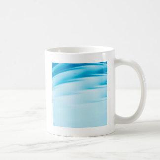 抽象的な水晶は水地平線を反映します コーヒーマグカップ