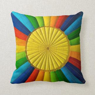 抽象的な熱気の気球の虹の装飾の枕 クッション