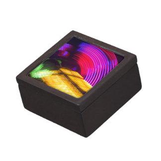 抽象的な紫色の黄色く赤いおよび緑色航法燈 ギフトボックス