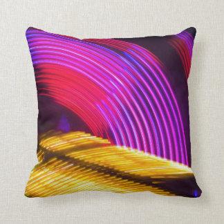 抽象的な紫色の黄色く赤いおよび緑色航法燈 クッション