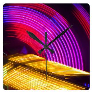 抽象的な紫色の黄色く赤いおよび緑色航法燈 スクエア壁時計
