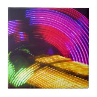 抽象的な紫色の黄色く赤いおよび緑色航法燈 タイル