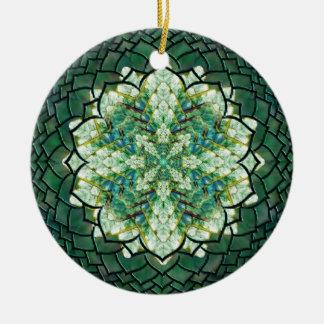 抽象的な緑のキヅタの曼荼羅のオーナメント 陶器製丸型オーナメント