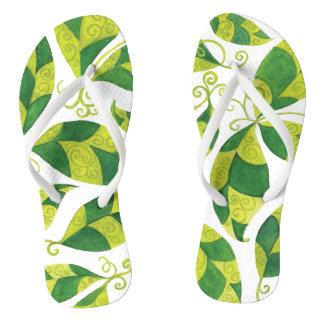 抽象的な緑の葉との薄い革紐のビーチサンダル ビーチサンダル