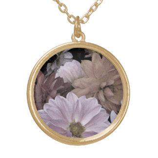 抽象的な花のダリアの庭によってはネックレスが開花します ゴールドプレートネックレス