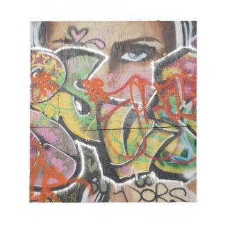 抽象的な落書きの芸術の壁の文字タイプ女性の顔 ノートパッド