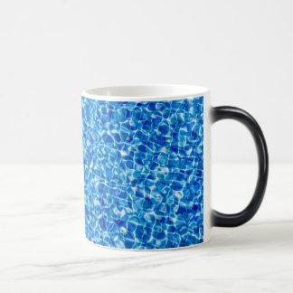 抽象的な青海原のマグ マジックマグカップ