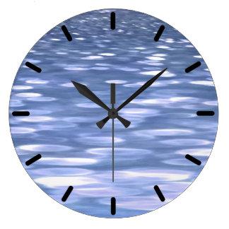 抽象的な#3: 淡いブルーのきらめく ラージ壁時計