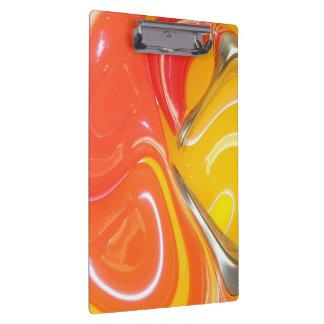 抽象芸術によってねじられるデザインのクリップボード クリップボード
