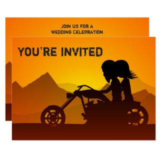招待を結婚するカップルの乗馬のオートバイ山 カード