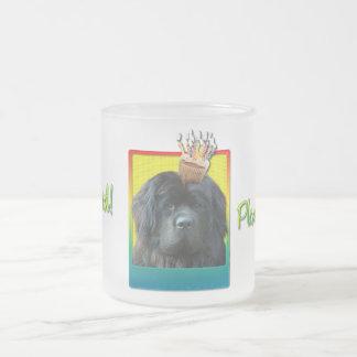 招待状のカップケーキ-ニューファウンドランド フロストグラスマグカップ