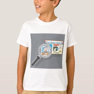 拡大鏡の下の運転免許証 Tシャツ