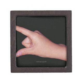 指および親指を搭載する手のクローズアップ ギフトボックス