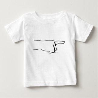 指を指して、手向こうに見て下さい ベビーTシャツ