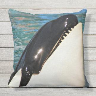 挨拶しているクジラ クッション