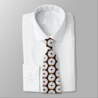 振りかけられたバニラによって凍らされるドーナツによってタイルを張られる店のタイ ネックウェアー