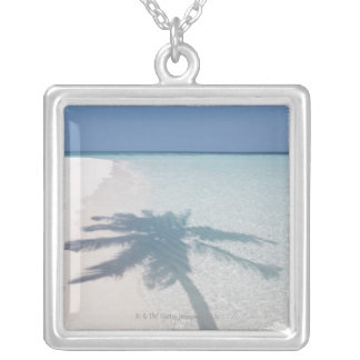 捨てられた島のビーチのヤシの木の影 シルバープレートネックレス