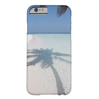 捨てられた島のビーチのヤシの木の影 BARELY THERE iPhone 6 ケース