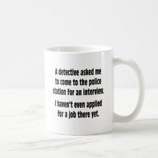 探偵は警察署に来るために私に尋ねました コーヒーマグカップ