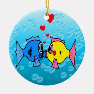 接吻している2匹の魚水中場面 セラミックオーナメント