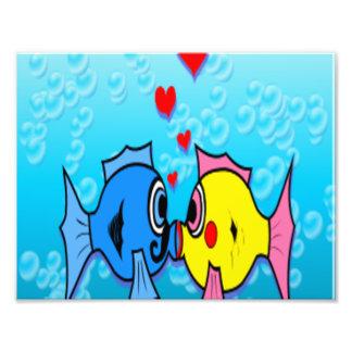 接吻している2匹の魚水中場面 フォトプリント