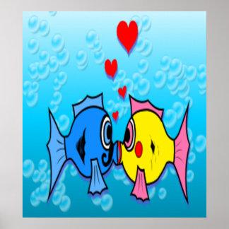 接吻している2匹の魚水中場面 ポスター