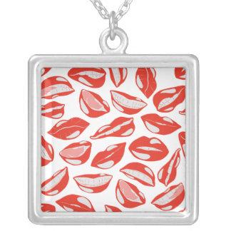 接吻すること準備ができた赤い唇 シルバープレートネックレス