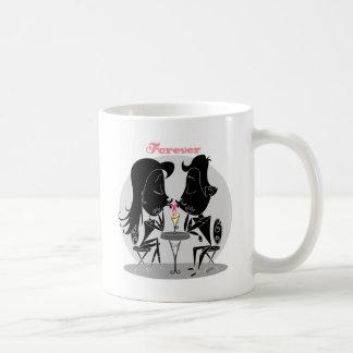 接吻するカップルはミルクセーキを共有して永久に愛します コーヒーマグカップ