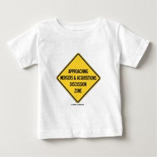 接近の合併及び獲得の議論の地帯 ベビーTシャツ