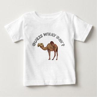 推測どんな日か。 ラクダのこぶ ベビーTシャツ