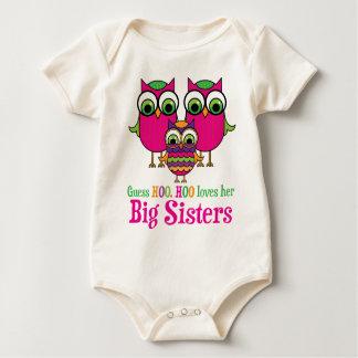 推測Hoo Hooは彼女の姉のフクロウを愛します ベビーボディスーツ