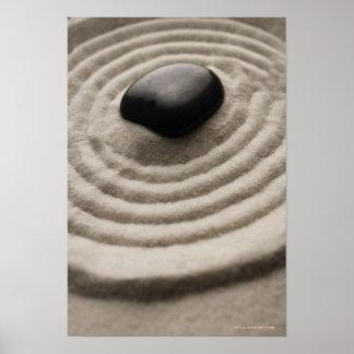 掻き集められた砂の小石の詳細が付いている禅の庭 ポスター