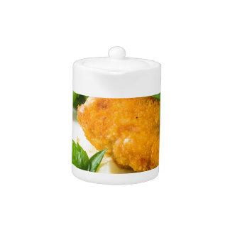 揚げられていたパン粉でまぶされた鶏、インゲンおよびマッシュ