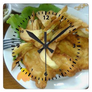 揚げられていたポテトが付いている焼かれた鶏胸 スクエア壁時計