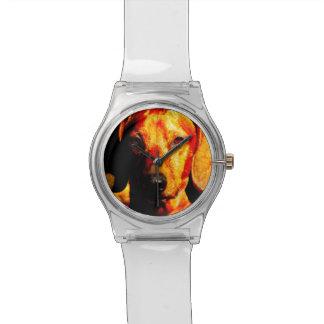 揺らめく白熱[赤熱]光を放つなダックスフントの顔のクローズアップ 腕時計