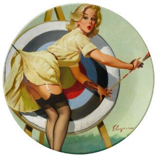 撃たれる素晴らしいアーチェリー-女の子の上のレトロPin 磁器プレート