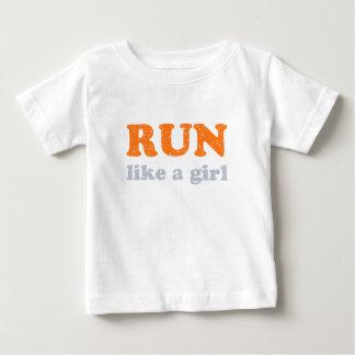 操業は女の子を好みます ベビーTシャツ