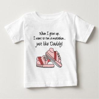操業マラソンはちょうどお父さんを好みます ベビーTシャツ