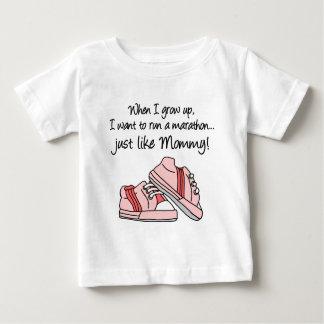 操業マラソンはちょうど好みますお母さん(ピンク)を ベビーTシャツ