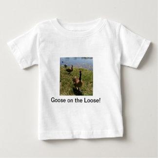放任されたガチョウ! ベビーTシャツ
