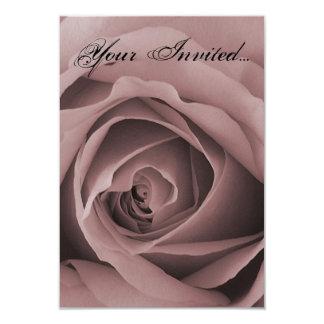 敏感なピンクのバラの招待状カード カード