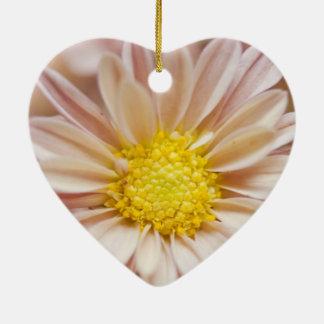 敏感なモモおよび黄色い花 陶器製ハート型オーナメント