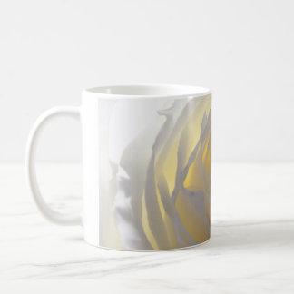 敏感な白いバラの写真 コーヒーマグカップ