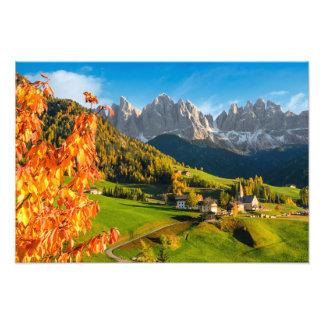 教会とのドロマイトの景色の秋 フォトプリント