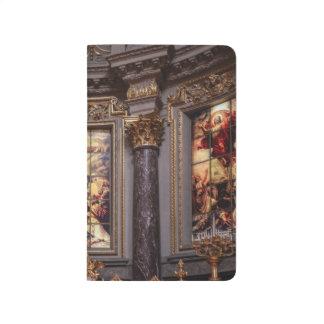 教会祭壇の祭壇の背後の飾りのglassart ポケットジャーナル