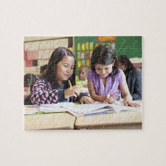 教室で協力している学生 ジグソーパズル