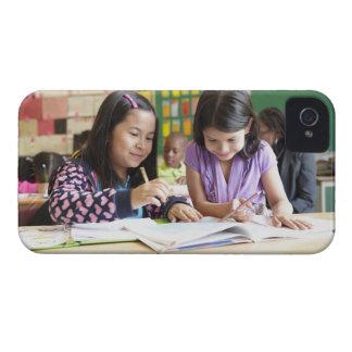 教室で協力している学生 Case-Mate iPhone 4 ケース