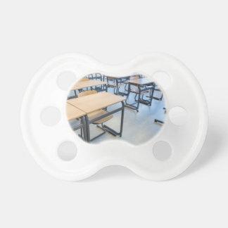 教室のテーブルそして椅子の列 おしゃぶり