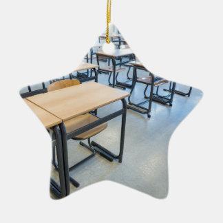 教室のテーブルそして椅子の列 セラミックオーナメント